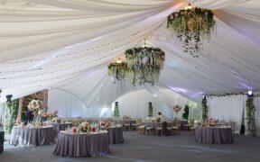 Jak zorganizować eleganckie wesele pod namiotem?