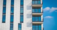 Czyścimy barierki balkonowe